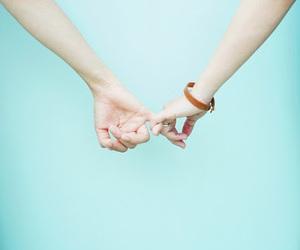 付き合ってないのに手をつなぐ男性…そこには、どんな心理があるのかのサムネイル画像