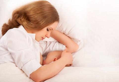 新生児の赤ちゃんの添い寝はどうやってするの?時期はいつごろから?のサムネイル画像