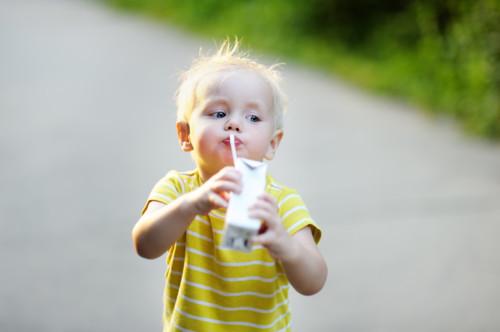 赤ちゃんへ牛乳を与えるのはいつから大丈夫?アレルギーは?のサムネイル画像