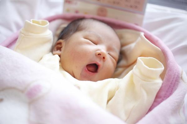 新生児の赤ちゃんって面白い!こんなにある新生児の原始反射の種類☆のサムネイル画像