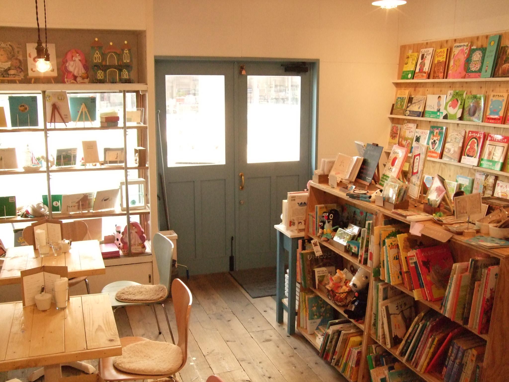 絵本カフェにハマる大人続出☆素敵な絵本カフェで幸せなひとときを♡のサムネイル画像