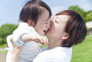 赤ちゃんの抱っこのし過ぎダメ?泣かせたほうが強くなるは本当?のサムネイル画像