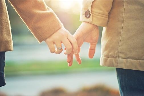女性から手をつなぐのあり!?どのタイミングどんな風にすればいい?のサムネイル画像