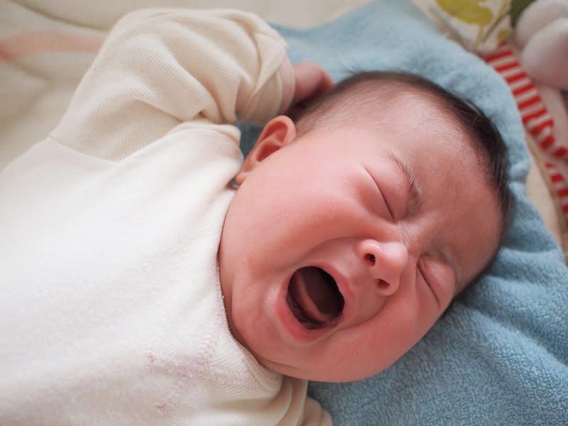 赤ちゃんの夜泣きにママも泣きたい!どうする?夜泣きの対処法のサムネイル画像