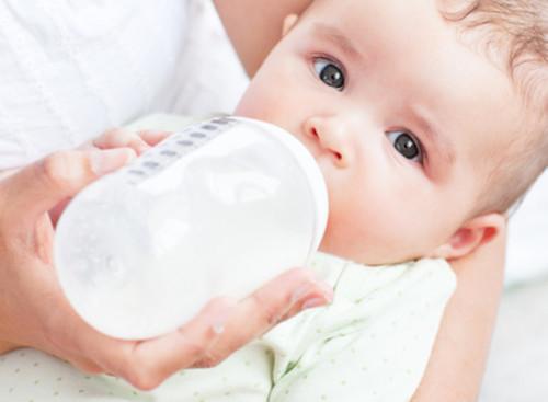 赤ちゃんの栄養源であるミルク、ミルクはいつまで与えたらいいの?のサムネイル画像