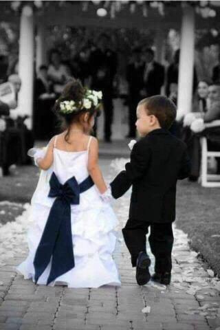 結婚式や卒業式などのフォーマルな席へ出席するときの赤ちゃん服は?のサムネイル画像
