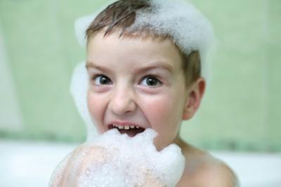 お風呂で子供と何して遊ぶ?今日からできる 楽しい「浴育」のサムネイル画像