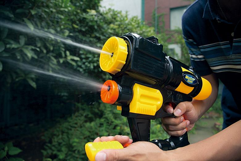 外で楽しい!お風呂で楽しい!皆で遊ぼう水鉄砲のおもちゃ13選のサムネイル画像