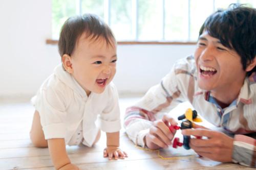 リビングでの赤ちゃんのイタズラ例とともに安全対策をご紹介します!のサムネイル画像