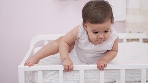 家には赤ちゃんが落下する危険がたくさん!落下する場所と対処法は?のサムネイル画像