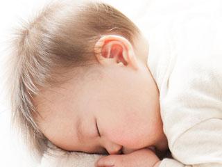 赤ちゃんのうつぶせ寝はいつから?練習方法やうつぶせ寝の効果とは?のサムネイル画像